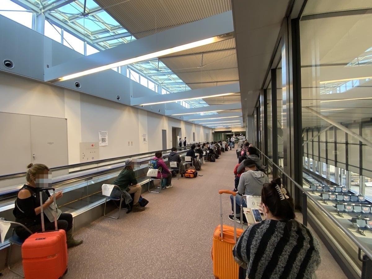 [写真]成田空港にて PCR 検査を待つ
