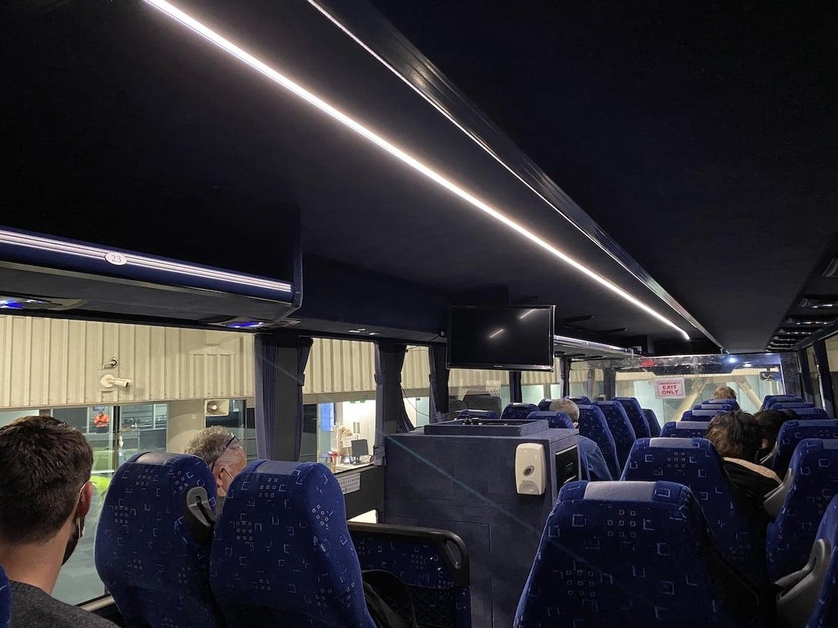 [写真]隔離施設のホテル行きバスの中