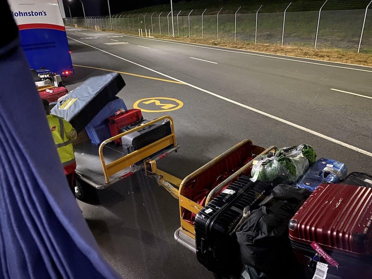 [写真]預け荷物は一切触れることなくバスへ