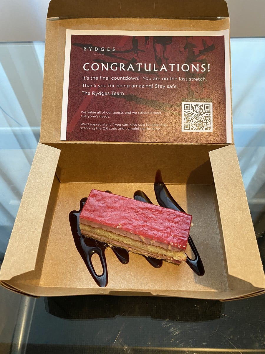 [写真]隔離生活残り一週のお祝いケーキ